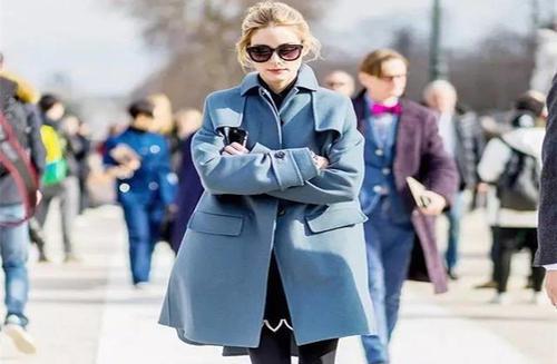 雾霾蓝毛衣和深色大衣搭配高冷感十足 色调协调
