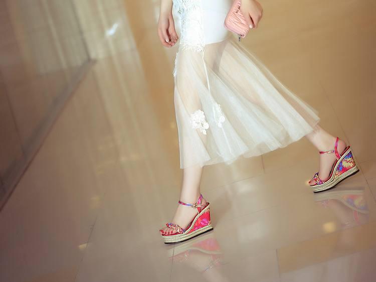 坡跟鞋和长裙配吗 坡跟鞋搭配雪纺长裙仙气飙升